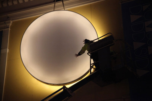 Lisa Pacini & Christine Istad * A LED golden light in London  6 lisa pacini and christine istad traveling LED sun designboom 09