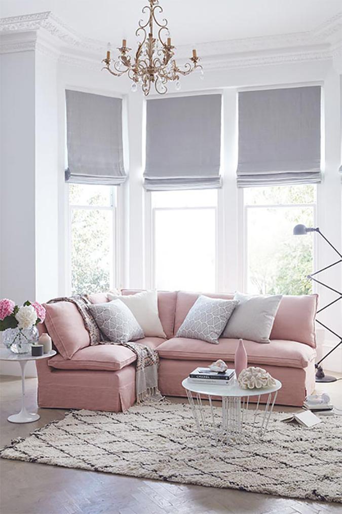 25 Interior Design Ideas for Valentine's Day 2017 valentine's day 2017 25 Interior Design Ideas for Valentine's Day 2017 sofa tapizado rosa claro lampara jielde pie