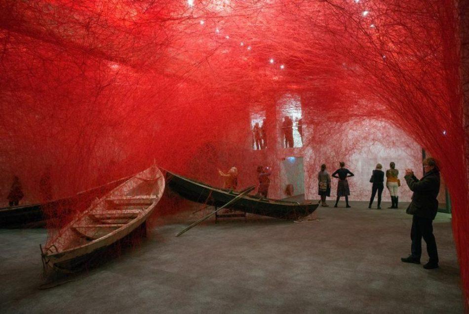 [object object] Chiharu Shiota weaves an amazing Japanese installation chiharu shiota weaves amazing japanese installation 8